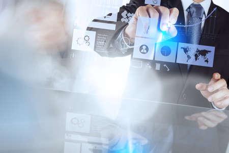estrategia: mano de negocios que trabaja con la computadora nueva, moderna y estrategia de negocio como concepto