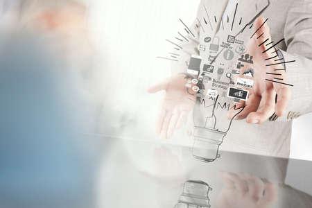 estrategia: hombre de negocios mano que muestra la estrategia de negocio creativo con bombilla como concepto