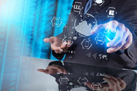 gerente: hombre de negocios muestra la tecnología moderna como concepto