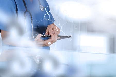 medicine: médico inteligente trabajando con quirófano como concepto