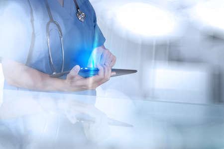 équipement: Médecin travaillant avec un ordinateur tablette comme concept médical moderne