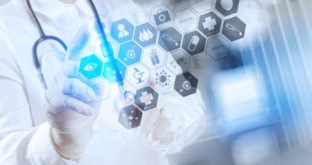 Smart-Arzt arbeitet mit Operationssaal als Konzept