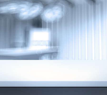 空のテーブルと医療製品のプレゼンテーションに背景をぼかした写真