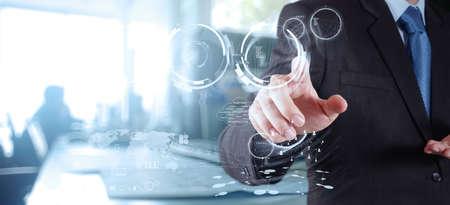technology: empresário que trabalha com tecnologia moderna como conceito