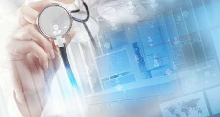 Dubbele belichting van slimme medische arts die met operatiekamer als concept