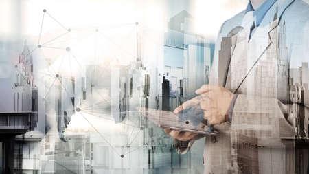 新しい現代コンピューターでの作業の実業家の二重露光概念としての社会ネットワーク構造を表示します。 写真素材