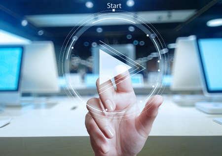 de hand druk op play-knop aanmelden te starten of projecten als concept te initiëren
