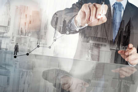 desarrollo econ�mico: Doble exposici�n de la mano de negocios que trabaja con la nueva estrategia de la computadora y los negocios modernos como concepto