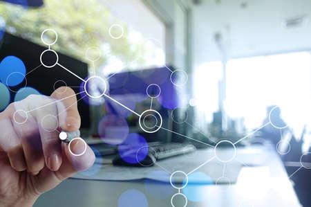 organigrama: doble exposición de la mano de negocios que trabajan con el diagrama de trabajo de la red en blanco como concepto de nube digitales