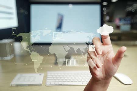 infraestructura: mano de trabajo con un diagrama de Cloud Computing en la nueva interfaz de la computadora como concepto Foto de archivo