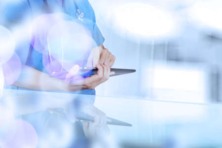equipos medicos: doble exposición de éxito médico inteligente trabajando con el fondo abstracto bokeh borrosa como concepto