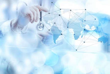 RESEAU: Smart Network montrant de la main de médecin à l'exposition de bokeh en réseau médical et le concept des médias
