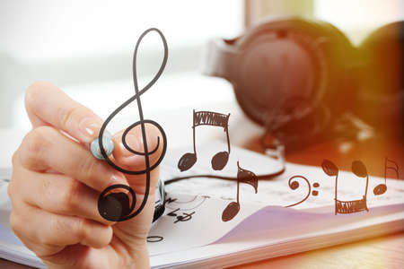 pentagrama musical: Cerca de la mano dibujando notas musicales en la pantalla como concepto compositor de la m�sica