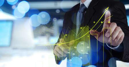 Dubbele belichting van zakenman hand werken met nieuwe moderne computer en business strategie als concept