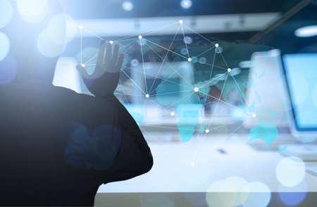 mundo manos: Doble exposición de negocios que trabajan con la nueva estructura moderna espectáculo ordenador de la red social y la exposición bokeh