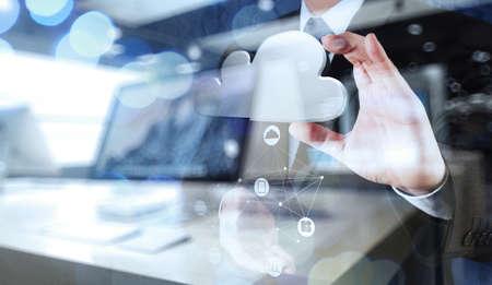 tecnologia: Doppia esposizione di Mano dell'uomo d'affari che lavora con un diagramma di Cloud Computing sulla nuova interfaccia del computer come concetto