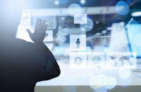 새로운 현대 컴퓨터와 비즈니스 전략으로 개념으로 일하고 사업가 손