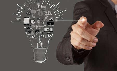 개념으로 전구 창조적 인 사업 전략을 그리기 손