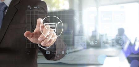 Doble exposición de la mano de negocios muestra la tecnología moderna como el concepto de compra en línea Internet