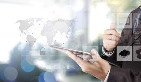 tecnologia: Doppia esposizione della mano d'affari mostra la tecnologia moderna come concetto di sicurezza Internet