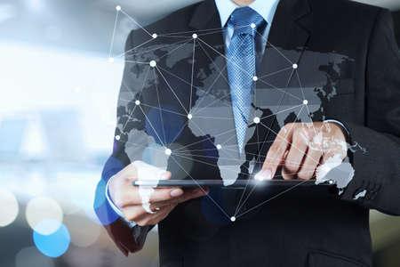 Doppia esposizione di uomo d'affari di lavoro con nuova struttura moderna spettacolo computer di rete sociale e l'esposizione bokeh