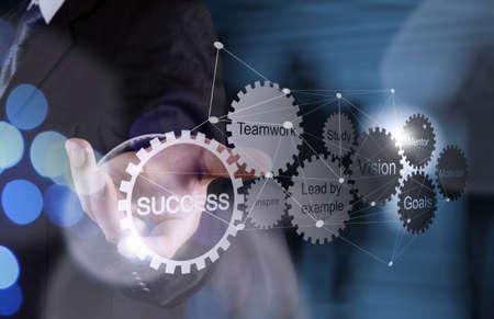 mision: Doble exposición de la mano de negocios muestra carta del éxito del negocio de engranajes y diagrama de red