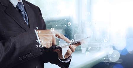 新しい現代のコンピューターを社会ネットワーク構造とボケ露出を操作するビジネスマンの二重露光