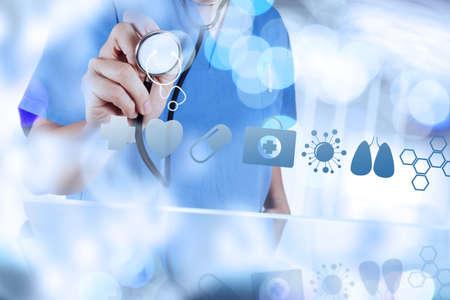 and medicine: Mano medicina m�dico que trabaja con interfaz de la computadora moderna como concepto m�dico