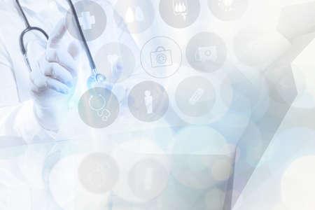 equipos medicos: doble exposici�n de �xito m�dico inteligente trabajando con el resumen bokeh borrosa y bajo fondo pol�gono como concepto Foto de archivo