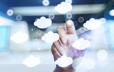 tecnología informatica: Mano de negocios que trabaja con un diagrama de Cloud Computing en la interfaz de la computadora como nuevo concepto