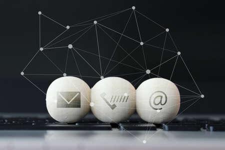 웹 사이트와 인터넷의 나무 공 아이콘은 우리에게 컴퓨터 노트북 키보드와 소셜 미디어도 페이지의 개념에 문의