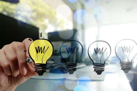 desarrollo econ�mico: empresario dibujar la estrategia de negocio creativo con bombilla como concepto de mano Foto de archivo