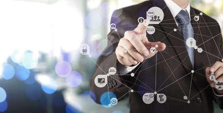 개념으로 새로운 현대적인 컴퓨터 쇼 소셜 네트워크 구조 작업 사업가 손의 이중 노출