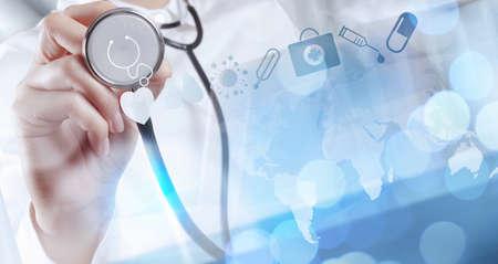 medicamentos: Mano medicina m?dico que trabaja con interfaz de la computadora moderna como concepto m?dico Foto de archivo