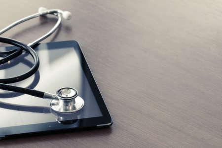 santé: Studio macro d'un stéthoscope et la tablette numérique avec DOF peu profonde de force égale abstraite sur la table de bois copie de fond l'espace
