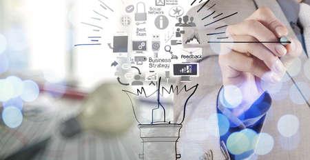 hand tekening creatieve business strategie met gloeilamp als concept