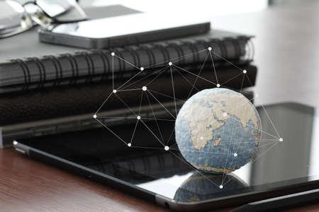 economía: dibujado a mano textura mundo con el diagrama de los medios sociales en blanco en el ordenador tableta digital como el concepto de internet y la exposici�n bokeh Foto de archivo