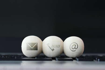 コンピューター ノート パソコンのキーボードのページ コンセプトお問い合わせウェブサイトおよびインターネットの木製のボールのアイコン