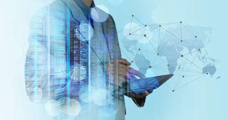 технология: Двойная экспозиция бизнесмен, работающий с новой структурой современный компьютер шоу социальной сети и боке воздействия