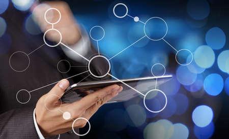 mão do homem de negócios que mostra a carta de fluxo em branco no novo computador moderno como o conceito com a exposição bokeh