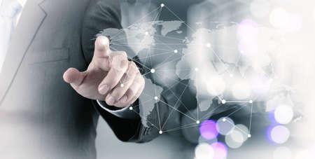 mundo manos: Doble exposición de negocios que trabajan con la nueva estructura de programa de ordenador de la red social moderna como concepto Foto de archivo