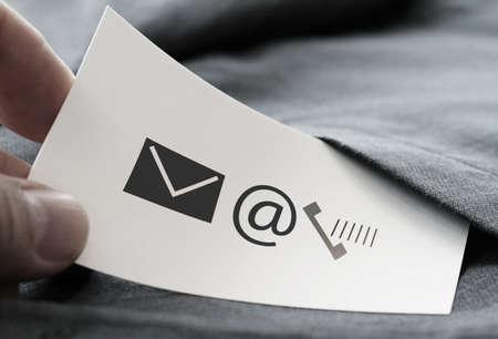 Nahaufnahme von Geschäftsmann Hand Kommissionierung Visitenkarte Symbol kontaktieren Sie uns Konzept aus der Tasche des grauen Anzug Jacke Hintergrund