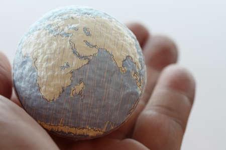 alrededor del mundo: close up de la mano de negocios que muestra la textura el concepto del mundo elementos de esta imagen proporcionada por la NASA Foto de archivo