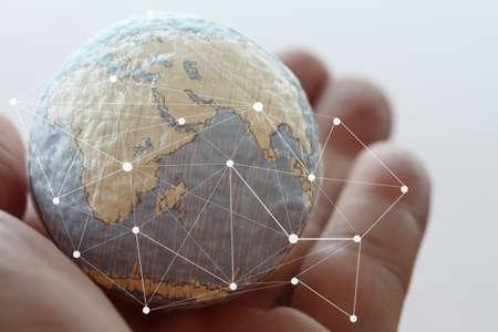 hombre de negocios: close up de la mano de negocios que muestra la textura del mundo con los medios sociales digitales diagrama de la red concepto elementos de esta imagen proporcionada por la NASA