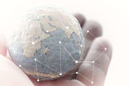 Cerca de la mano del hombre de negocios que muestra la textura del mundo con el concepto de diagrama de red de medios sociales digitales Elementos de esta imagen proporcionada por la NASA