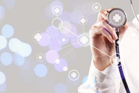 simbolo medicina: inteligente de red que muestra la mano del doctor en medicina con la exposición bokeh como red médica y el concepto de medios de comunicación