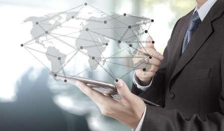 apoyo social: Doble exposición de negocios que trabajan con la nueva estructura de programa de ordenador de la red social moderna como concepto Foto de archivo