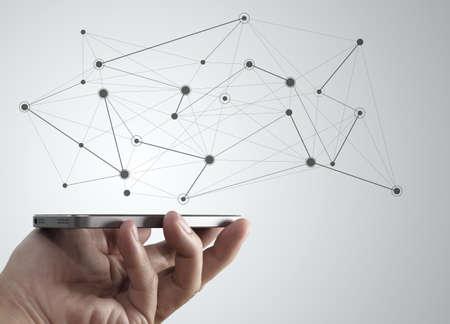 Mano telefono cellulare con lo schema di concetto di media sociali in rete di comunicazione in rete