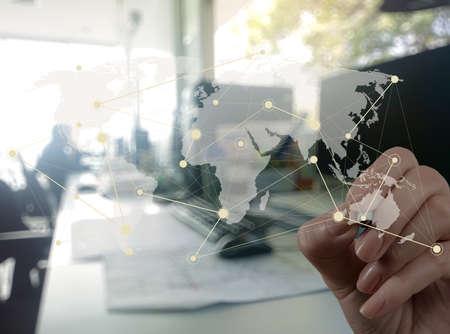 alrededor del mundo: Doble exposición de negocios que trabajan con la nueva estructura de programa de ordenador de la red social moderna como concepto Foto de archivo