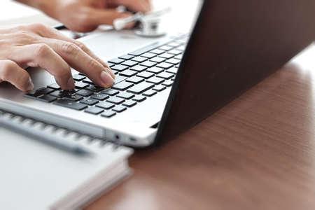 Médecin travaillant avec un ordinateur portable dans le bureau de l'espace de travail médical notion Banque d'images - 38971949